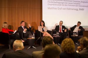 Podiumsdiskussion mit Matthias Graf von Kielmansegg aus dem Bundesforschungsministerium und den Vertretern der Innovationsforen. (Foto: BMBF/Unternehmen Region/Thilo Schoch)